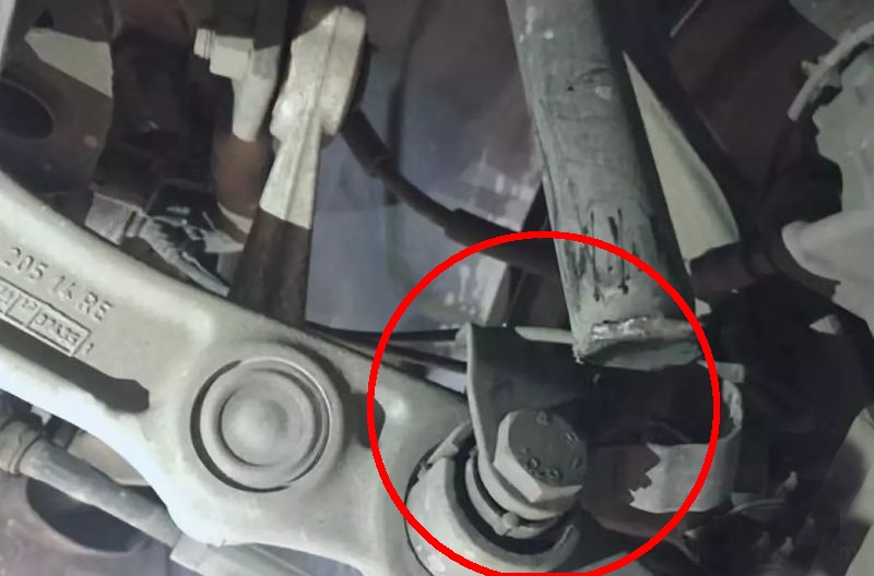Mercedes benz E shock absorber broken picture